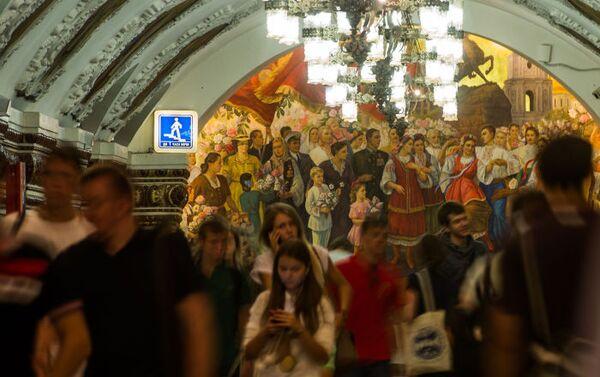 Passeggeri nella stazione Kievskaya della metropolitana di Mosca, costruita nel 1953 in occasione del terzo centenario dell'unificazione dell'Ucraina alla Russia. - Sputnik Italia