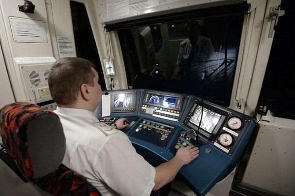 Un macchinista all'interno della cabina di guida. - Sputnik Italia
