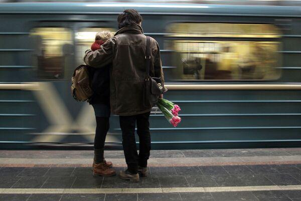 Due innamorati aspettano il treno. - Sputnik Italia