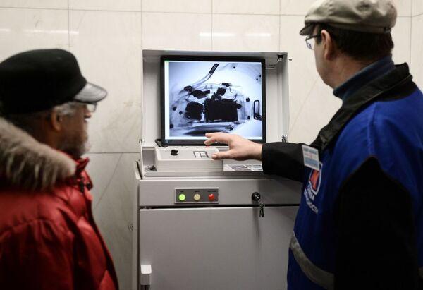 Controlli sui bagagli dei passeggeri nella metro di Mosca. - Sputnik Italia