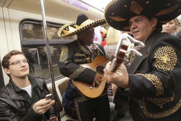 Artisti messicani decantano i versi del poeta Octavio Pas in un treno della metro di Mosca. - Sputnik Italia