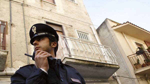 Un poliziotto durante un'operazione antimafia - Sputnik Italia