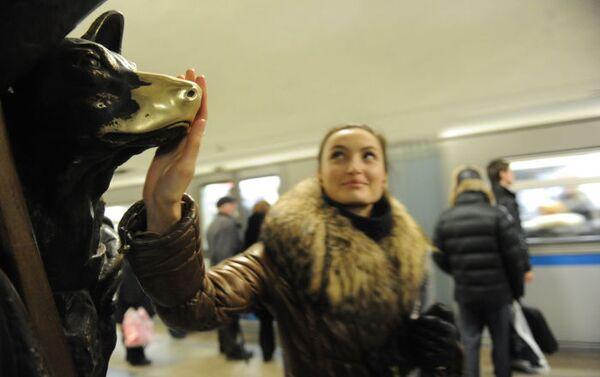 Una ragazza accarezza il cagnolino porta fortuna nella stazione Ploschad Revolyutsii della metropolitana di Mosca. - Sputnik Italia