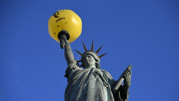A balloon bearing the effigy of former US intelligence contractor and whistle blower Edward Snowden is seen attached to the Statue of Liberty replica by French sculptor Auguste Bartholdi (1834-1904) during an action organized by human rights organisation Amnesty International (AI) asking outgoing President Barack Obama to pardon him, on January 13, 2017 in Paris - Sputnik Italia