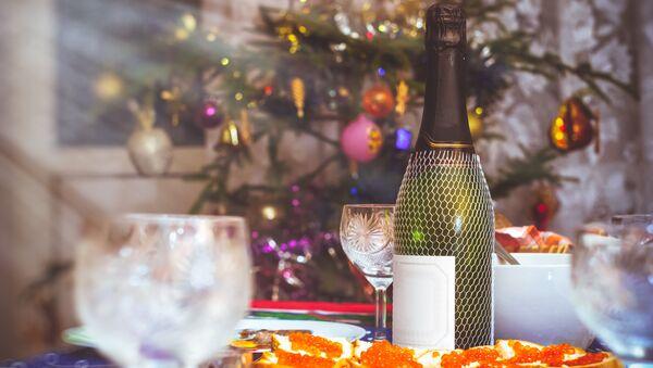 Шампанское на новогоднем столе - Sputnik Italia