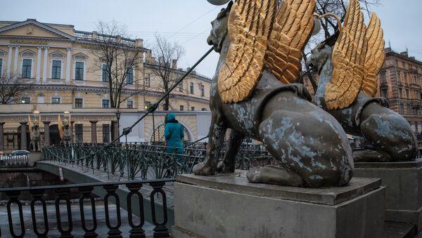 Leoni alati sul ponte della Banca a San Pietroburgo - Sputnik Italia