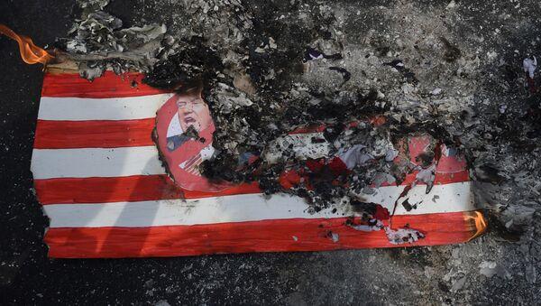 Resti della bandiera americana bruciata presso l'Ambasciata a Manila - Sputnik Italia