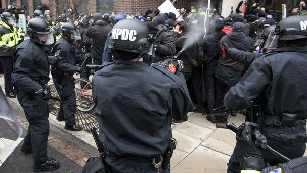 Scontri tra polizia e manifestanti a Washington DC durante l'inauguration day - Sputnik Italia
