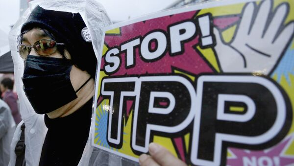 A protester holds a placard during a rally against the Trans-Pacific Partnership (TPP) in Tokyo - Sputnik Italia