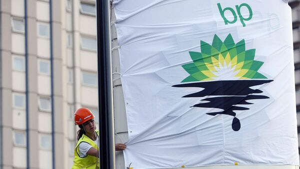 In this Tuesday, July 27, 2010, file photo, a Greenpeace activist puts up a banner as they block off a British Petroleum fuel station in protest as the BP board announce their annual results, in London - Sputnik Italia
