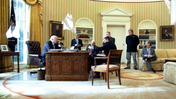 Donald Trump allo Studio Ovale durante la telefonata con Putin - Sputnik Italia