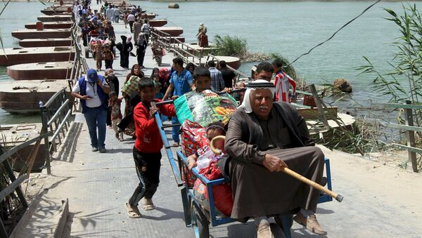 Displaced Sunni people, who fled the violence in the city of Ramadi, arrive at the outskirts of Baghdad, April 18, 2015 - Sputnik Italia