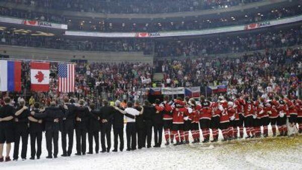Сборная Канады слушает гимн после победы на чемпионате мира по хоккею в Чехии - Sputnik Italia