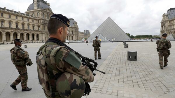 French army soldiers patrol near the Louvre Museum Pyramid's main entrance in Paris, France - Sputnik Italia