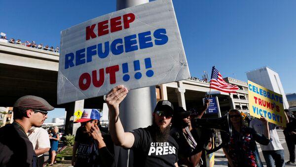 Sostenitori della politica migratoria di Trump - Sputnik Italia