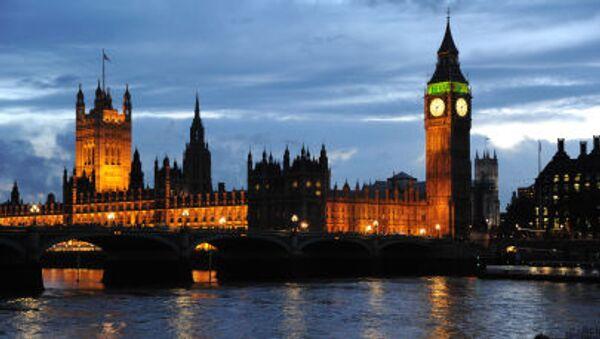 Вид на Вестминстерский дворец и Часовую башню с часами Биг-Бен в Лондоне - Sputnik Italia