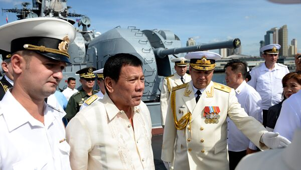 Russia's Rear Admiral Eduard Mikhailov (R) leads the way as he guides Philippines' President Rodrigo Duterte (2nd L) onboard the Russian anti-submarine navy ship Admiral Tributs in Manila on January 6, 2017 - Sputnik Italia