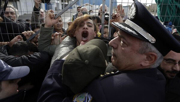 Immigrati vs la polizia ad Atene, Grecia - Sputnik Italia