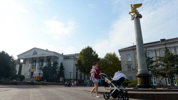 La piazza centrale di Kerch, con l'obelisco sormontato da un grifone alato, simbolo della città - Sputnik Italia