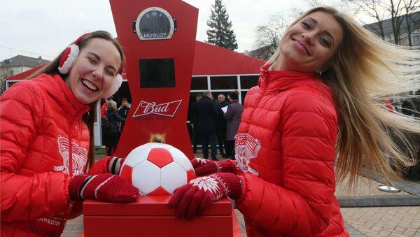 Due ragazze immagine dei Mondiali 2018 in Russia - Sputnik Italia