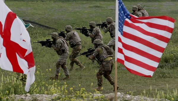 US and Georgian servicemen, with Georgian and US flags in front, take part in the joint US-Georgia military exercise (File) - Sputnik Italia