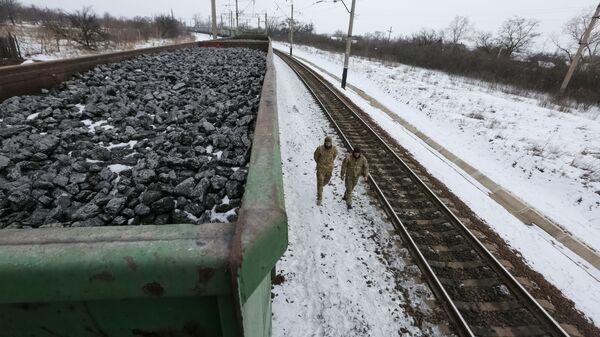 Treni che trasportano carbone fermi per il blocco dei nazionalisti ucraini - Sputnik Italia