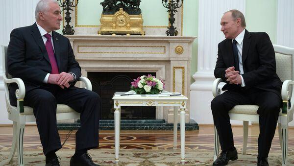 Russian President Vladimir Putin, right, and South Ossetian President Leonid Tibilov meet in the Kremlin - Sputnik Italia
