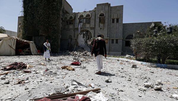 La coalizione araba bombarda la residenza dell'ex presidente yemenita Ali Abdullah Saleh - Sputnik Italia