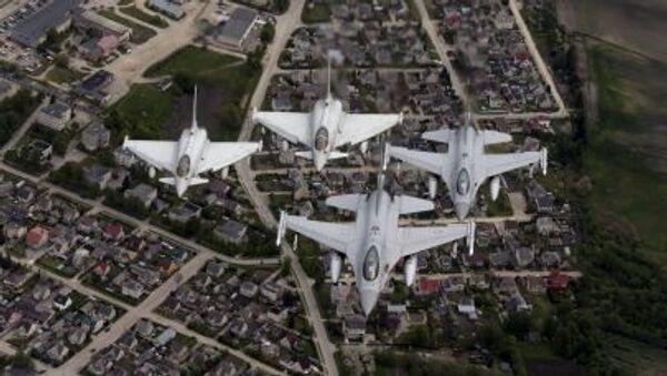 F-16 norvegesi ed Eurofighter italiani nei cieli sopra il mar Baltico. - Sputnik Italia