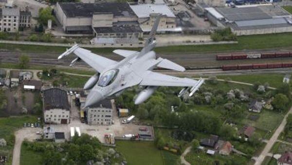 Норвежский истребитель F-16 на боевом дежурстве в небе Прибалтики - Sputnik Italia