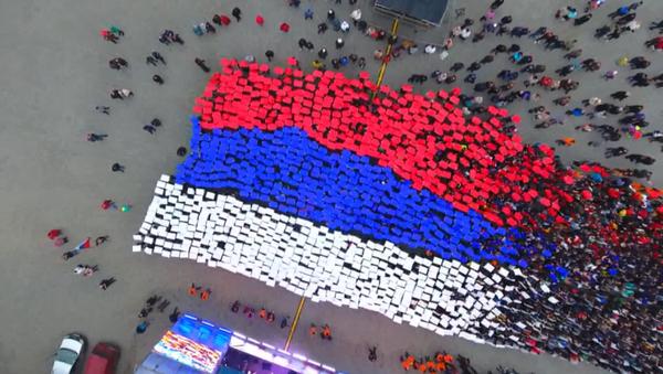 Gli studenti hanno realizzato e issato una gigantesca bandiera russa a Sebastopoli. - Sputnik Italia