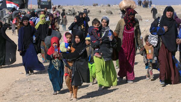 Displaced Iraqis flee their homes during a battle with Islamic State militants in the district of Maamoun in western Mosul, Iraq February 23, 2017 - Sputnik Italia