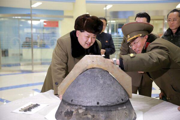 Il leader nordcoreano Kim Jong Un osserva da vicino una testata nucleare prima di un test. - Sputnik Italia