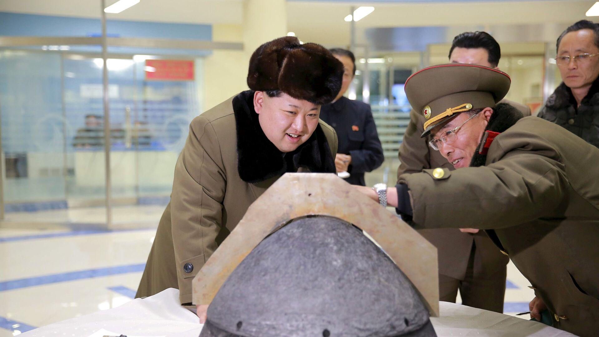 Il leader nordcoreano Kim Jong Un guarda una punta di un missile a reazione dopo un test simulato di rientro atmosferico di un missile balistico,  foto pubblicata dalla Korean Central News Agency (KCNA) della Corea del Nord a Pyongyang. - Sputnik Italia, 1920, 15.09.2021