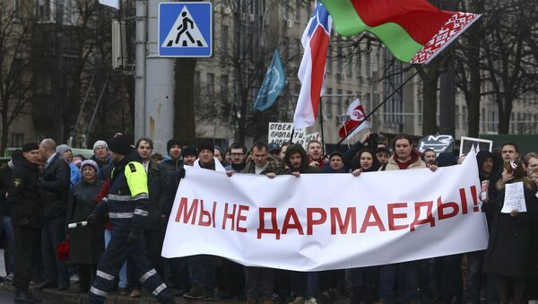 People hold a banner at a protest against increased tariffs for communal services and new taxes, including the tax for those who are not in full-time employment, in Minsk, Belarus March 15, 2017. The banner reads, We are not spongers! - Sputnik Italia