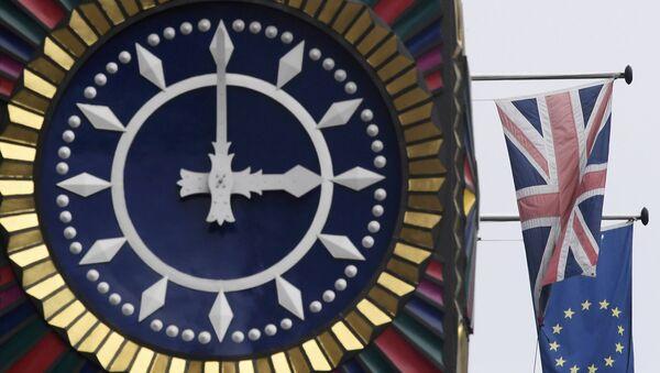 La bandiera inglese e la bandiera dell'UE - Sputnik Italia