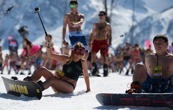 Neve, sci e bikini: il carnevale alpino di Sochi - Sputnik Italia