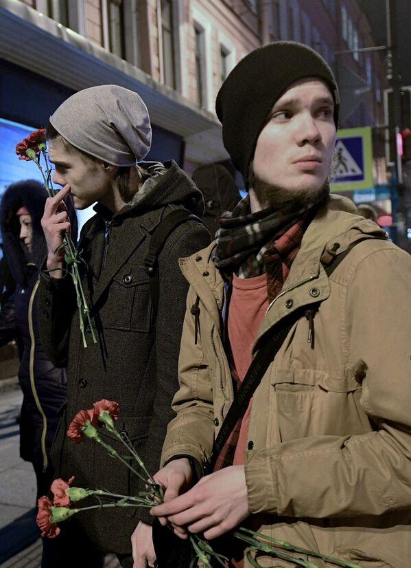 Fiori e silenzio per le vittime di San Pietroburgo - Sputnik Italia