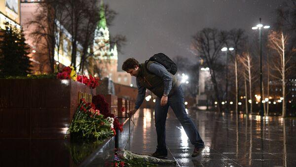 Mosca, fiori per le vittime dell'attentato di San Pietroburgo - Sputnik Italia