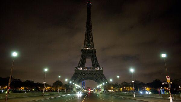 La Torre Eiffel spenta in commemorazione delle vittime dell'attentato a San Pietroburgo - Sputnik Italia