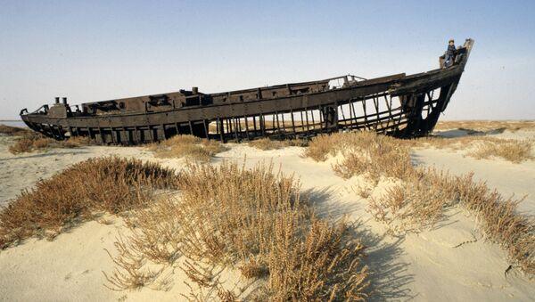 Una nave sul fondale asciutto del lago d'Aral - Sputnik Italia