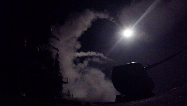 Американский эсминец типа Porter производит ракетный удар по сирийской авиабазе - Sputnik Italia