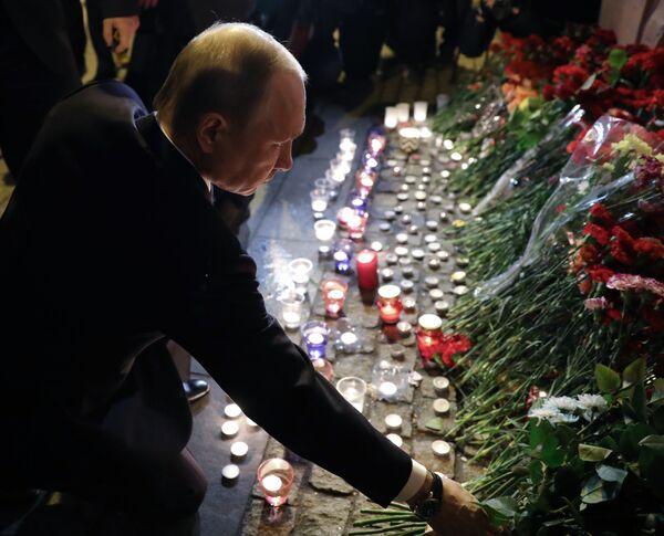 Il presidente della Federazione Russa Vladimir Putin rende omaggio alle vittime dell'attentato nella metropolitana di San Pietroburgo. - Sputnik Italia