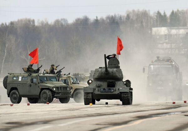Le prime prove della Parata della Vittoria 2017 si sono tenute nel poligono di Alabino nei pressi di Mosca. - Sputnik Italia