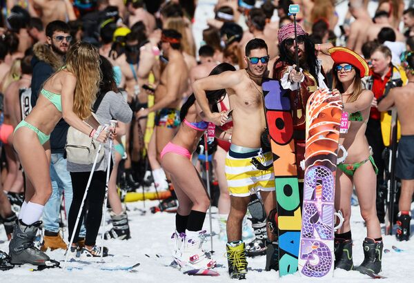 I partecipanti del carnavale BoogelWoogel a Sochi. - Sputnik Italia