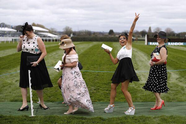 I visitatori del concorso ippico Grand National nel Regno Unito. - Sputnik Italia