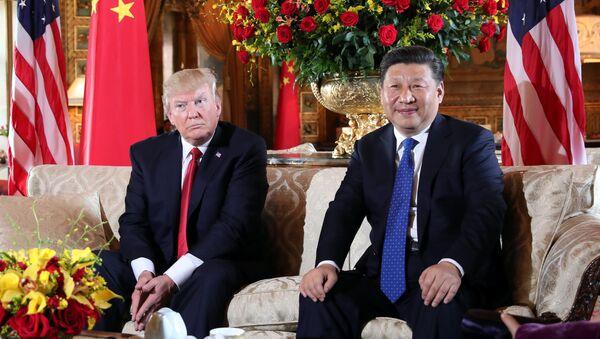 U.S. President Donald Trump welcomes Chinese President Xi Jinping at Mar-a-Lago state in Palm Beach, Florida, U.S., April 6, 2017. - Sputnik Italia