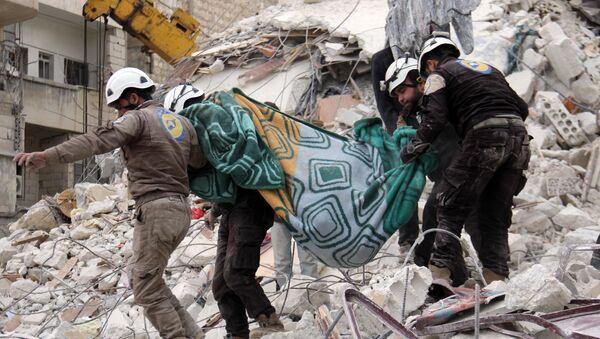 Syrian civil defence volunteers, known as the White Helmets, carry a body retrieved from the rubble following reported government airstrike on the Syrian town of Ariha, in the northwestern province of Idlib, on February 27, 2017 - Sputnik Italia