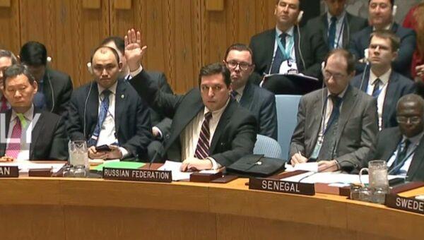 Il vice rappresentante permanente della Russia alle Nazioni Unite Vladimir Safronkov pone il veto alla risoluzione del Consiglio di Sicurezza ONU - Sputnik Italia
