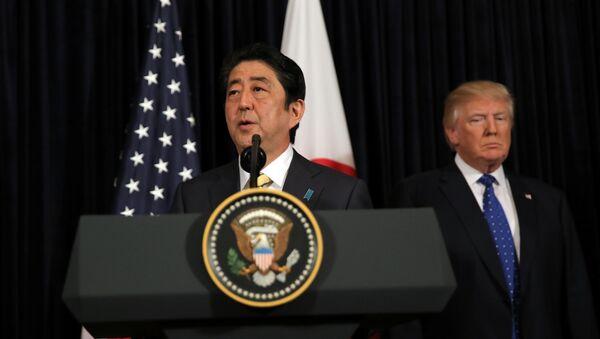 Il Primo Ministro giapponese Shinzo Abe fornisce osservazioni sulla Corea del Nord, accompagnato dal Presidente USA Donald Trump, al Mar-a-Lago club di Palm Beach, Florida, USA, 11 febbraio 2017 - Sputnik Italia